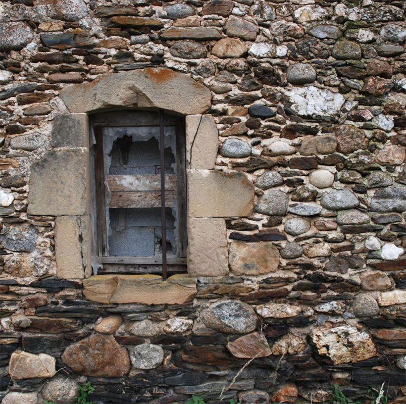 """Galets de granite, """"sises"""" de shistes et encadrement de grès"""