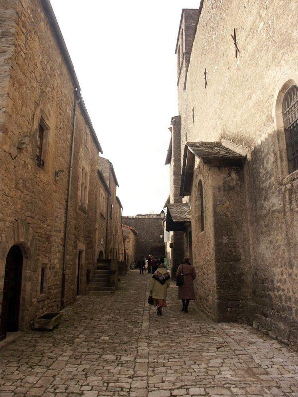 Saint Jean d'Alcas : fort villageois ayant appartenu aux cisterciens de Nonenque