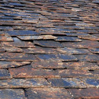 Le schiste, du fait de son feuilletage caractéristique, est très utilisé en couverture et en bardage.