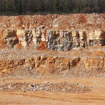 À l'occasion du creusement de la carrière, apparaissent les strates horizontales des dépôts marins.