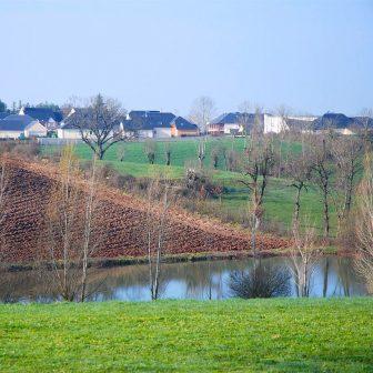 L'intensification de l'agriculture et la pression urbaine pavillonnaire grignotent peu à peu les terrains de Causse. Un urbanisme qui colonise, s'étale et modifie irréversiblement les milieux.