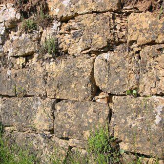 Le calcaire peut faire une excellente pierre à bâtir. Sa structure ici en effet de former des moellons conséquents.