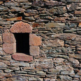 L'emploi de matériaux hétérogènes dans le bâti traduit les disparités géologiques du sol
