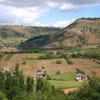 Les falaises, surplombant le vallon, offrent une protection contre les intempéries et de riches points de vue.