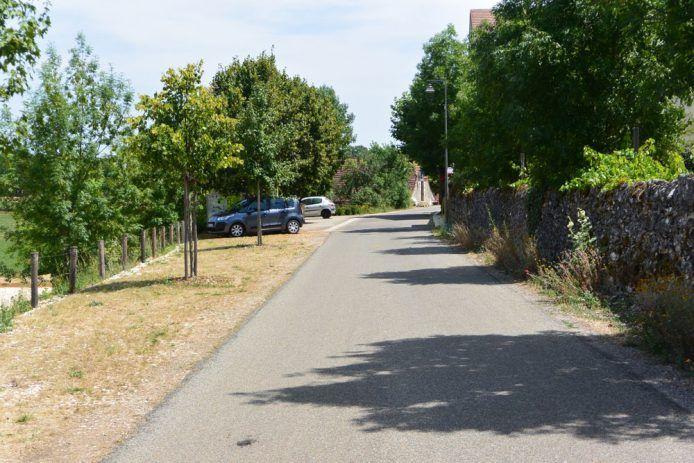 L'herbe renforcée est un revêtement de sol adapté à l'aménagement d'un village rural. A Orniac dans le Lot, elle est utilisé pour le stationnement occasionnel et redimensionne la rue. Aménagement par Guillaume Laizé - paysagiste