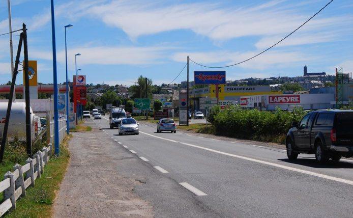 Entrée de ville et panneaux publicitaires
